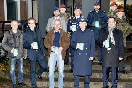 Bürgermeister Axel Linke und Oberst Michael Maul sammeln für die Kriegsgräber