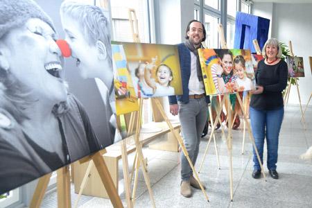 """Klinikclowns bauen Ausstellung """"Kleine Helden"""" im Steinfurter Kreishaus auf"""