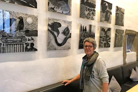 Der Rabe und seine Geschichten – Ausstellung von Veronika Teigeler bis Ende Dezember im Café Clara zu sehen