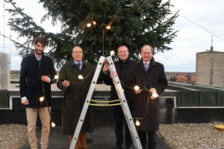 Waldbauern stiften Weihnachtsbaum fürs Kreishausdach